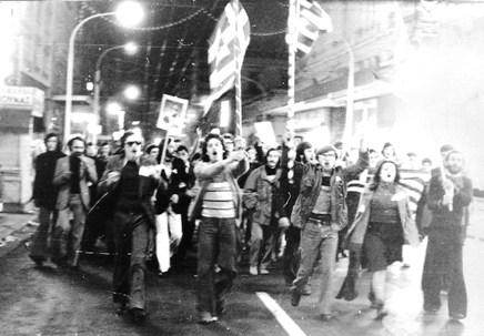 Νύχτα της 8 Δεκεμβρίου. Αυθόρμητες διαδηλώσεις στο κέντρο της Αθήνας μετά την ανακοίνωση των αποτελεσμάτων.