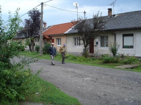 Μοναχικές φιγούρες ελλήνων πολιτικών προσφύγων στο χωριό Μπελογιάννης