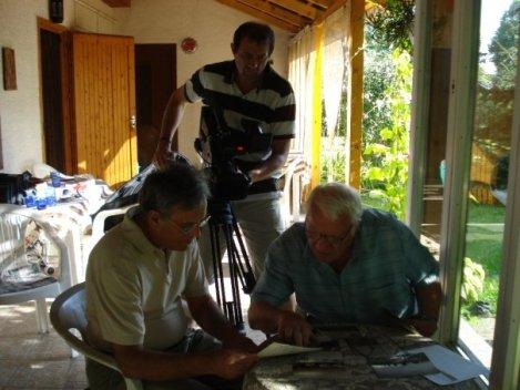 Από τα γυρίσματα της ταινίας. Ο Ζήσης Βλαχόπουλος, πρώην πρόεδρος της κοινότητας (δεξιά) μιλάει για την ιστορία του χωριού.