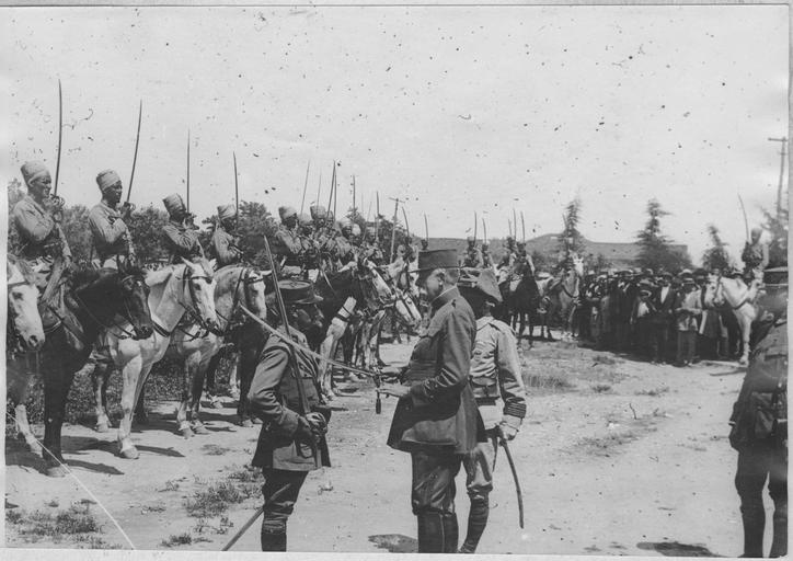 TRIKALA22_25 juin 1917 Le général Sarrail décore un lieutenant du régiment de Spahis marocains